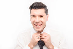 Junger kaukasischer Mann des dunklen Haares binden oben Stockfotos