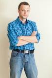 Junger kaukasischer Mann im blauen karierten Hemd Lizenzfreie Stockfotos