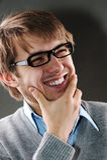 Junger kaukasischer Mann mit Gläsern lizenzfreies stockfoto