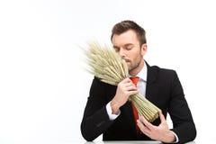 Junger kaukasischer Mann riecht Geruch des frischen Weizens Lizenzfreies Stockbild