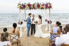 Junger kaukasischer Paare ` s Hochzeitstag stockbild
