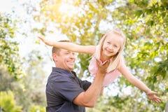 Junger kaukasischer Vater und Tochter, die Spaß am Park hat Lizenzfreies Stockbild