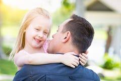 Junger kaukasischer Vater und Tochter, die Spaß am Park hat Lizenzfreies Stockfoto