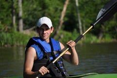 Junger Kayaking Mann Stockfotografie