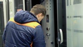 Junger Kerl überprüft die Duschkabinen im Baumaterialspeicher stock footage