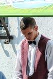 Junger Kerl als Eiscremeverkäufer Leute von Budapest stockfoto