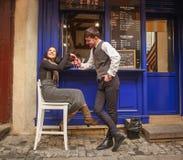 Junger Kerl in den klassischen Klagentreffen und in Flirtm?dchen nahe Stadtcaf? in der alten Stadt stockbilder