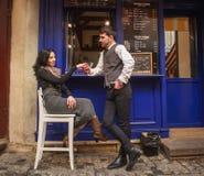 Junger Kerl in den klassischen Klagentreffen und in Flirtm?dchen nahe Stadtcaf? in der alten Stadt stockbild