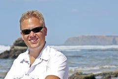 Junger Kerl, der beim Atlantik lächelt Lizenzfreie Stockfotografie