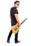 Junger Kerl, der E-Gitarre hält Stockfoto
