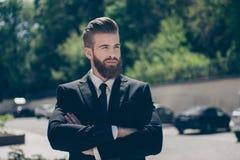 Junger Kerl der erfolgreichen Berechtigung in einem schwarzen Anzug So modernes a stockfotos