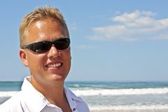 Junger Kerl, der Feiertage am Strand genießt Lizenzfreie Stockfotos