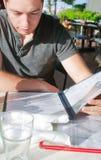 Junger Kerl, der im Restaurant bestellt Lizenzfreie Stockfotos