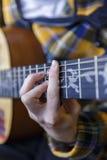Junger Kerl, der klassische Gitarre spielt Stockfoto