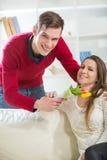 Junger Kerl holt seiner Freundin Blumen Lizenzfreies Stockfoto