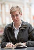 Junger Kerl mit Buch Lizenzfreies Stockfoto