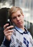Junger Kerl mit cameraphone Lizenzfreie Stockfotos