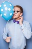 Junger Kerl mit einem bunten Ballon in seiner Hand Partei, Geburtstag, Valentinsgruß lizenzfreie stockfotos