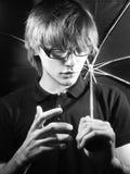 Junger Kerl mit einem Regenschirm Stockfotos