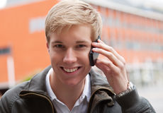Junger Kerl mit Mobiltelefon Stockfoto