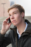 Junger Kerl mit Mobiltelefon Lizenzfreie Stockfotos