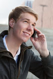 Junger Kerl mit Mobiltelefon Lizenzfreies Stockfoto