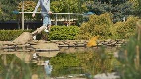 Junger Kerl mit Nessel geht in den Garten stock footage