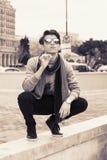 Junger Kerl raucht eine Zigarette Stockfotografie
