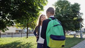 Junger Kerl und Mädchen, die auf der Straße spricht stock footage
