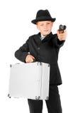 Junger Kerlgangster mit einem Fall und einem Gewehr Stockfotografie