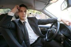 Junger Klagegeschäftsmann innerhalb seines Autos lizenzfreie stockfotografie