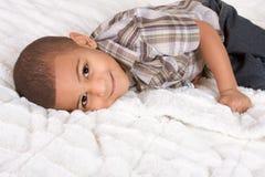 Junger kleiner Junge in checkered Hemd und in Jeans lizenzfreies stockbild