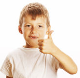 Junger kleiner Junge lokalisierte Daumen oben auf dem weißen Gestikulieren Stockbilder