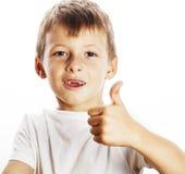 Junger kleiner Junge lokalisierte Daumen oben auf dem weißen Gestikulieren Lizenzfreies Stockfoto