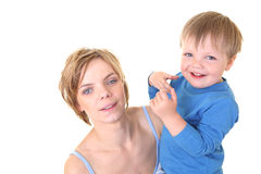 Junger kleiner Sohn, der seine junge Mutter umfaßt Lizenzfreies Stockbild