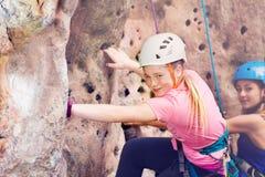 Junger Kletterer im Sturzhelm draußen ausbildend Lizenzfreies Stockfoto