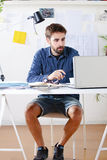 Junger kreativer Designermann, der im Büro arbeitet. Lizenzfreie Stockfotografie