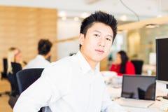 Junger kreativer Team In Their Office Lizenzfreie Stockfotos