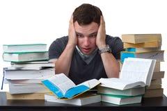Junger Kursteilnehmer überwältigt mit dem Studieren Stockbild
