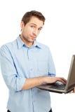Junger Kursteilnehmer, der auf Laptop schreibt stockfotos