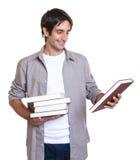 Junger Kursteilnehmer, der ein Buch liest Lizenzfreies Stockbild