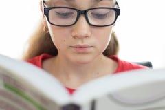 Junger Kursteilnehmer, der ein Buch liest Stockfotografie