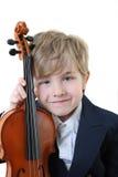 Junger Kursteilnehmer, der eine Violine anhält Lizenzfreies Stockfoto