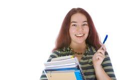 Junger Kursteilnehmer, der mit einem Stapel Büchern steht Lizenzfreie Stockfotografie