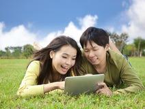 Junger Kursteilnehmer, der Tablette-PC verwendet Stockbild