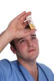 Junger Kursteilnehmer Doktor mit seiner ersten Spritze lizenzfreie stockfotos