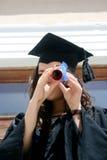 Junger Kursteilnehmer im Kleid mit Diplom Stockbilder