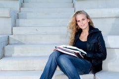 Junger Kursteilnehmer mit Büchern Lizenzfreies Stockfoto