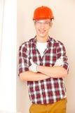 Junger lächelnder Bauarbeiter Lizenzfreie Stockfotos