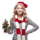 Junger lächelnder Frauenholding-Weihnachtsbaum Stockfoto
